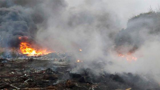 Video: Bomberos apagaron incendio de pastizales en el Acceso Norte