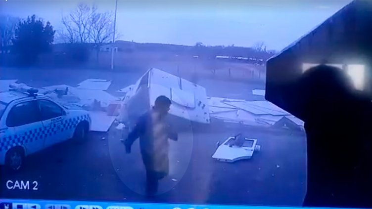 Videos: Captan el momento en el que camionero sale ileso de impresionante vuelco