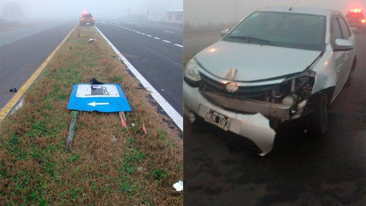 Por la intensa niebla, un auto despistó y chocó contra con una señal de tránsito