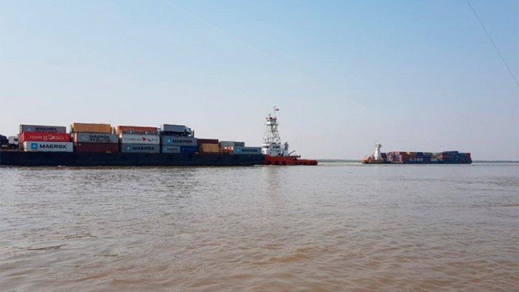 Video con maniobras al límite: Dos buques casi chocan en el río Paraná