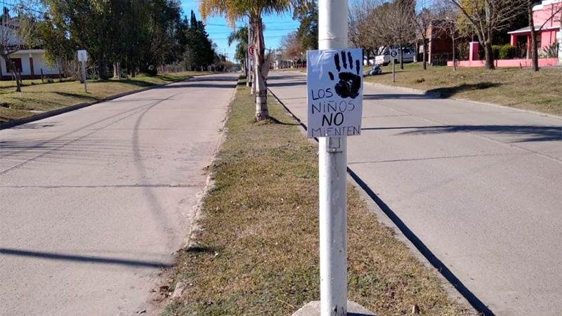 Los carteles que repartió el padre de la víctima.-