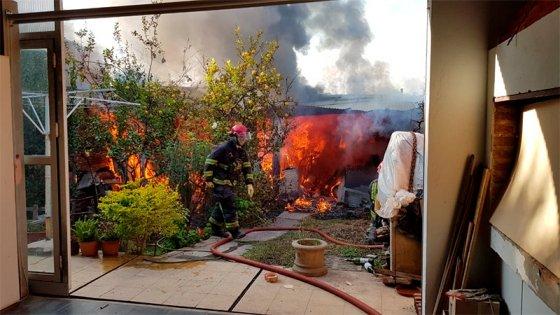 Se incendió parte de una vivienda en Paraná: Un herido y pérdidas materiales
