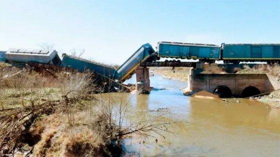 Puente ferroviario que cruza un arroyo se desmoronó cuando pasaba tren de carga