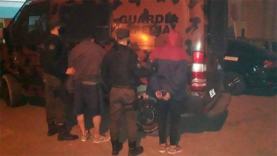 Policías heridos, móviles dañados y tres detenidos en Paraná