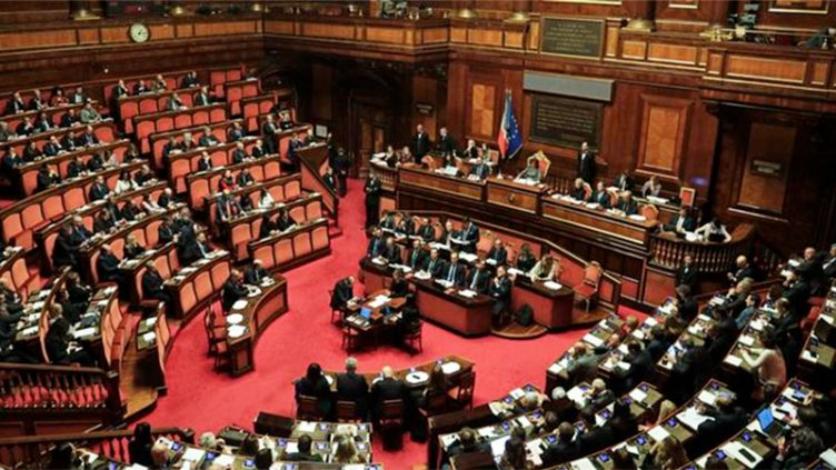 Con barbijo y distanciamiento, Italia vota si reduce cantidad de legisladores