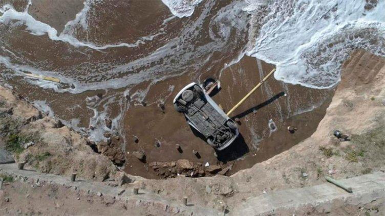 Impactante: un auto cayó en una playa, desde unos diez metros por un acantilado