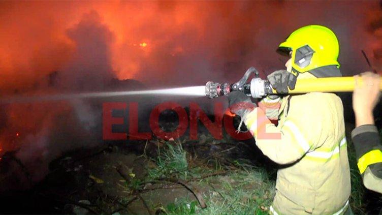 Dotaciones de bomberos trabajaron para apagar incendio en un predio de Oro Verde