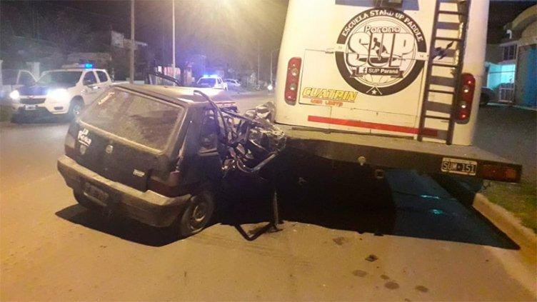 Auto terminó incrustado en la parte trasera de un motorhome en Paraná