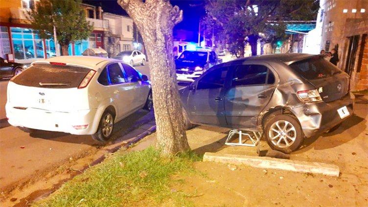 Chocó un auto en cruce de calles, impactó otro estacionado y quedó en la vereda