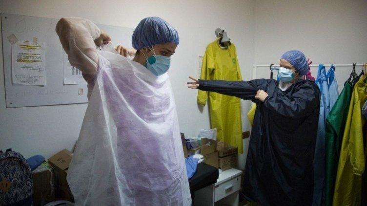 Unos 100 enfermeros recién recibidos reclaman sus títulos para poder trabajar
