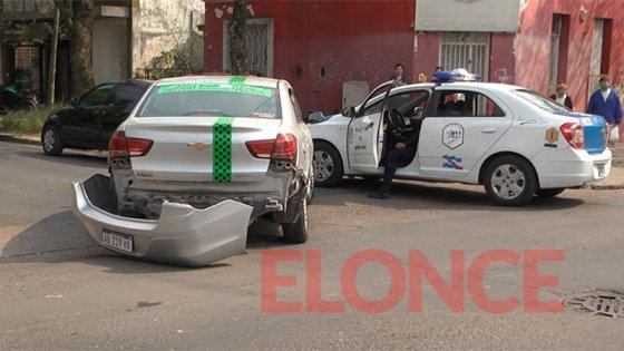 Imágenes: Remisero se desmayó al volante y chocó contra dos autos estacionados