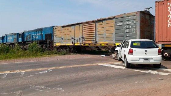 Un auto chocó contra un vagón del tren en un paso a nivel