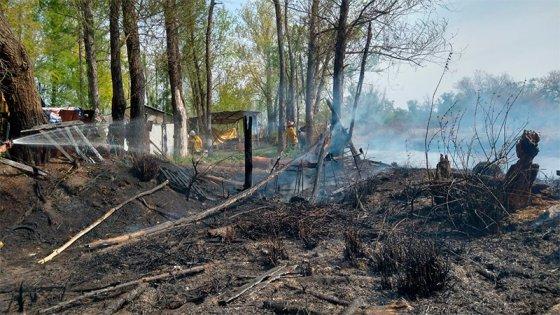 Fotos: Incendio de pastizales puso en riesgo el Santuario de Gilda en la Ruta 12