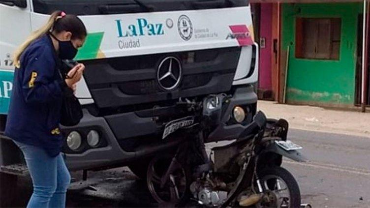 Motociclista falleció tras chocar con un camión recolector de basura en La Paz