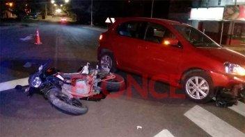 Automóvil y moto chocaron en la intersección de dos avenidas