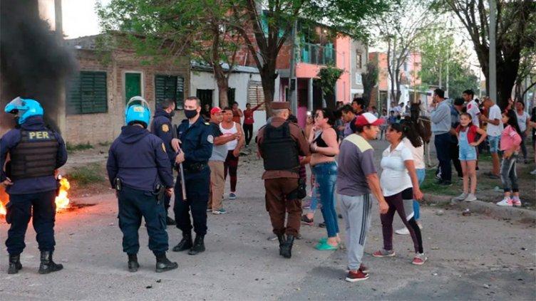 Quisieron desterrar del barrio a presuntos delincuentes y hubo batalla campal