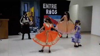 Una chacarera en homenaje a Ramírez interpretada por niños de Viale