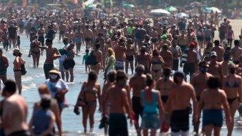 Brasil sumó 201 nuevas muertes: Bolsonaro paseó por las playas de San Pablo