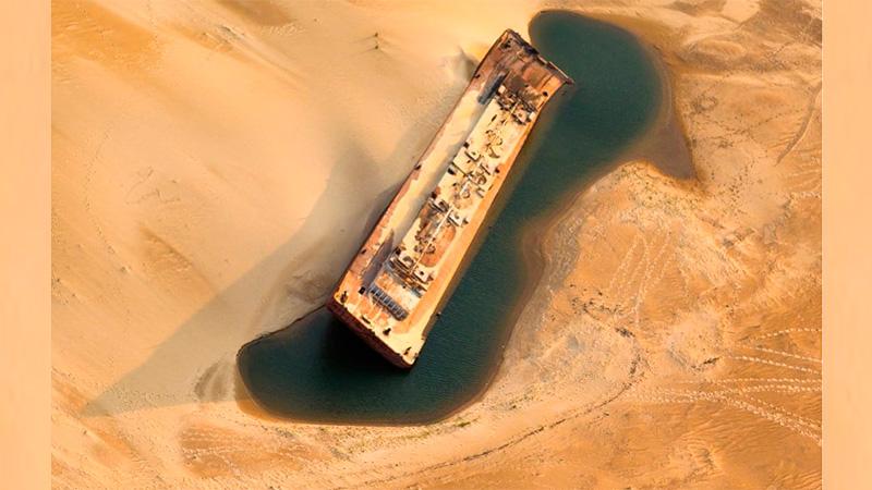 La imagen de una barcaza rodeada de arena en el río Paraná.