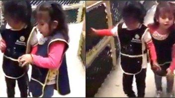 El tierno video de una niña ciega que le enseña a otra a usar el bastón