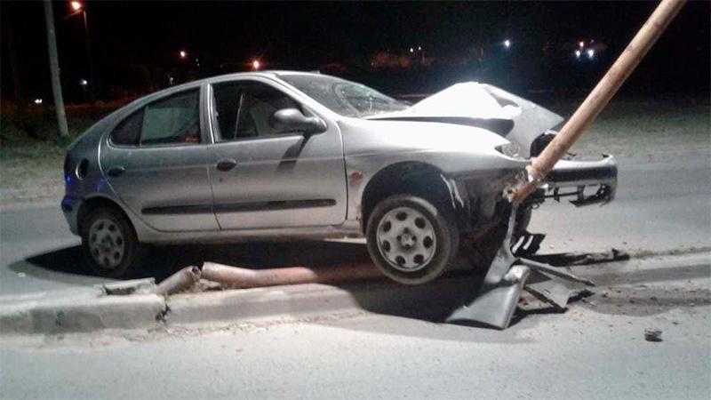 Conductor se quedó dormido al volante cuando chocó y derribó una columna