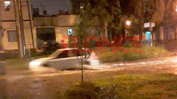 Cayó granizo en Paraná y la lluvia fue intensa: hay calles inundadas