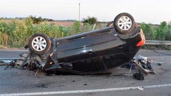 Despistó, chocó el guardarrail y volcó: Quedó internado y su auto, destruido