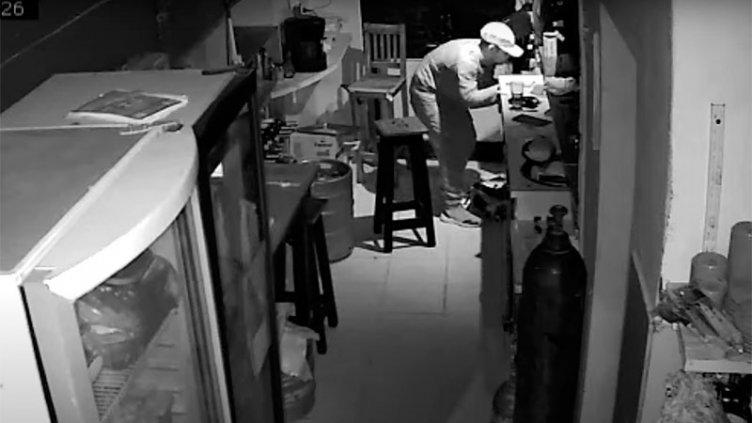 Robó 600 pesos y algunas botellas de vino de un bar: Quedó filmado