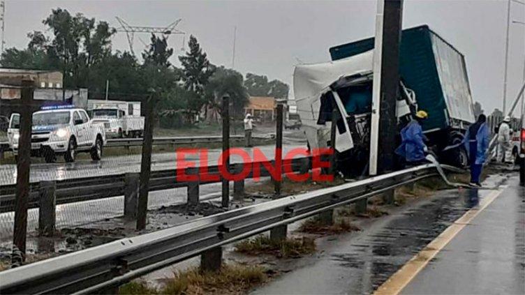Camión se incrustó en columna de puente en Ruta 14: El chofer es de San Benito