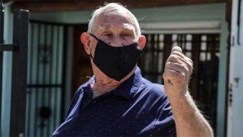 Cumplió 80 años y el barrio le regaló una caravana sorpresa