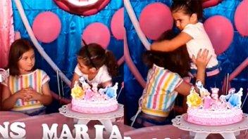 Video: La reacción de una niña cuando su hermanita le sopló la vela del cumple