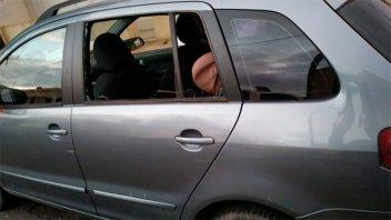 Rompió los vidrios de dos vehículos y robó distintos elementos