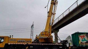 Con una grúa lograron retirar al camión que se incrustó en columna de puente