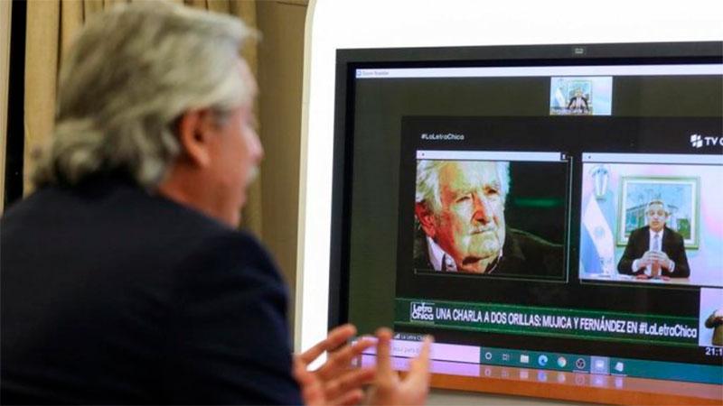 """Alberto Fernández y """"Pepe"""" Mujica, en pantalla, en la televisión uruguaya"""