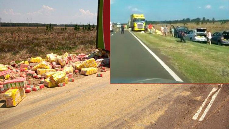 Video: Volcó un camión con yerba y muchos llenaron los baúles de sus autos