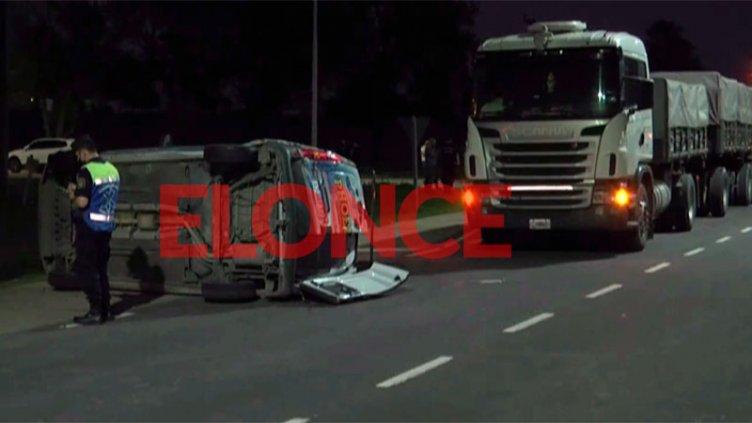 Quiso pasar a un camión para ingresar a Oro Verde, fue chocado y volcó