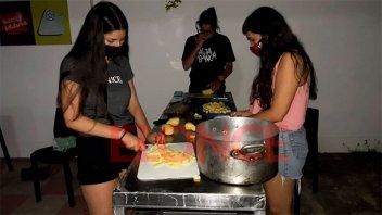 Deporte solidario: realizan hamburguesas con papas fritas para barrio Arenales