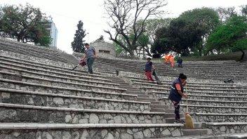 Municipales trabajan en el mantenimiento del Anfiteatro