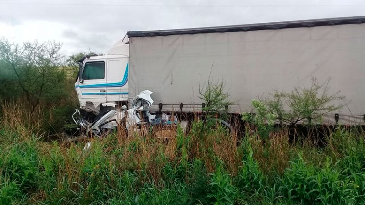 Impactante choque entre un camión y un auto: hay una mujer fallecida