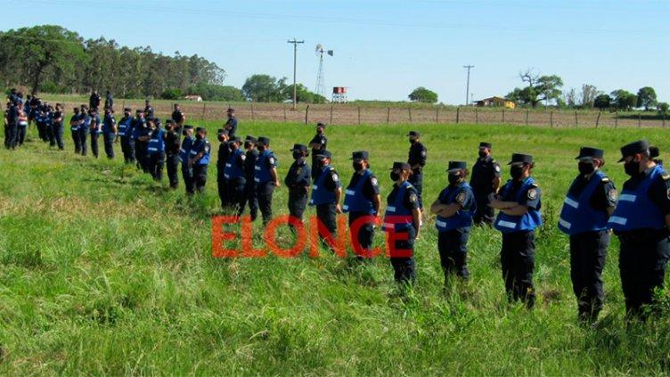 Cordón policial separa el acampe en la tranquera y la marcha de Proyecto Artigas