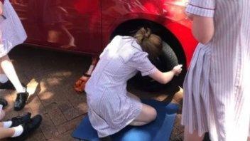 Un colegio enseña a niñas a cambiar neumáticos y medir el aceite del motor