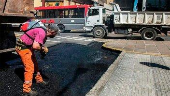 Reconstruyen dársena de colectivos sobre plaza Mansilla