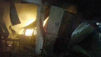 Incendio con pérdidas totales: Se quemaron una Chevrolet S 10 y un galpón