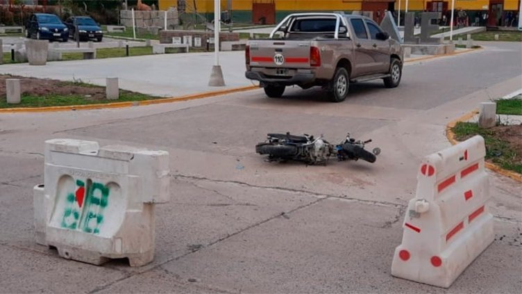 Dos mujeres en moto chocaron con una camioneta: Una sufrió graves heridas