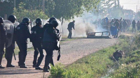 La policía desalojó la toma de Guernica: hubo incidentes y al menos 30 detenidos