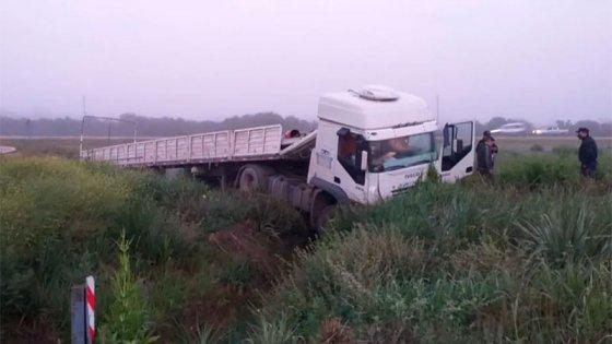 Camión despistó y cayó en una alcantarilla en Autovía Artigas