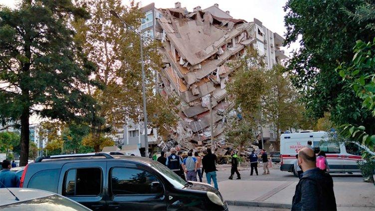Terremoto, mini tsunami y edificios colapsados: Al menos 4 muertos en Turquía