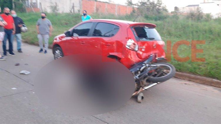 Es gravísimo el estado de salud de un joven que chocó su moto contra un auto