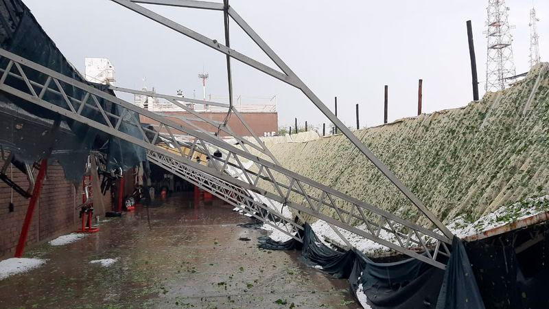 Un techo de una empresa se desmoronó. Foto Gentileza: Los Andes