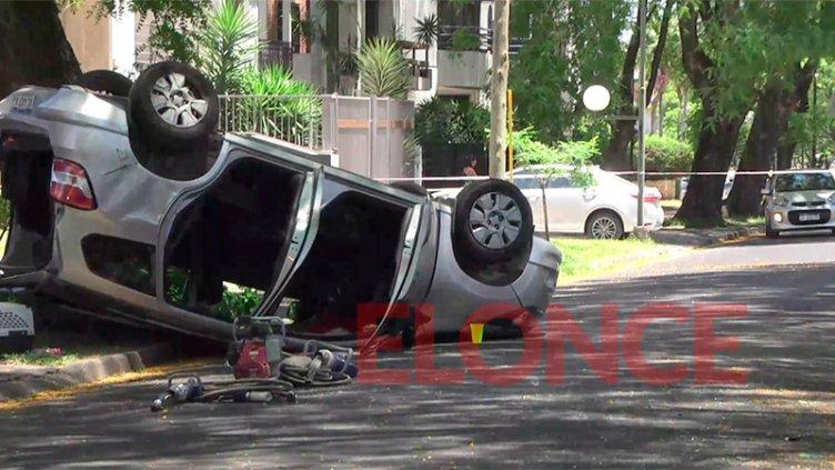 Rescataron a mujer atrapada tras vuelco de auto en zona residencial de Paraná